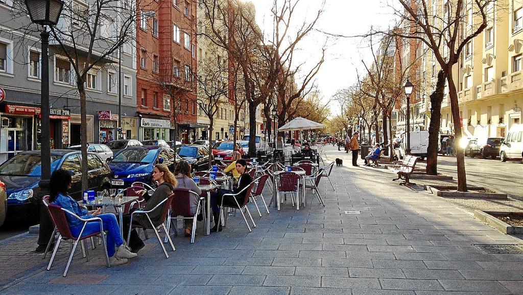 Terrazas Y Pinchos En La Calle Ibiza
